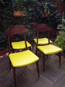 4 chaises bois vernis merisier et assise skaï vert anis