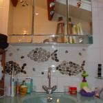 Poissons en nage dans une salle de bains