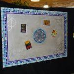 Tableau magnétique bordé de mosaïque d