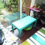 Petite table basse patinée 2 couleurs turquoise et lin puis poncée pour faire apparaître les motifs d