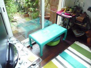 Petite table basse patinée 2 couleurs turquoise et lin puis poncée pour faire apparaître les motifs d'origine