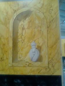 Détail statue en marbre blanc veiné