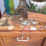 Secrétaire coloré au broux de noix et collage de timbres